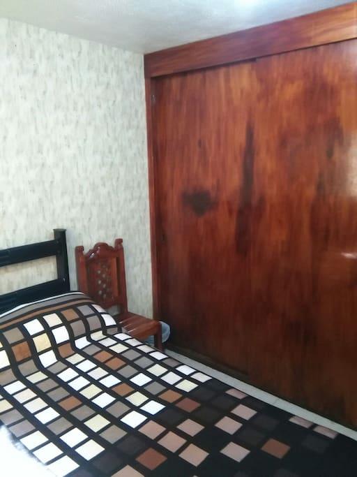 Closet Amplio con cajones, gavetas y perchas para instalarse y sentirse como en casa.