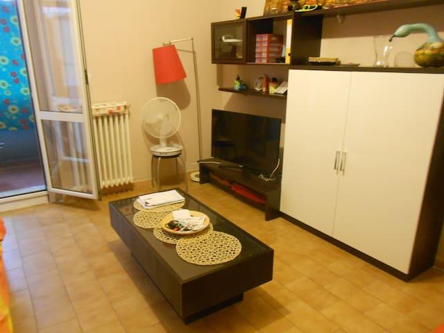MONOLOCALE LUMINOSO CON TERRAZZINO - Milán - Apto. en complejo residencial