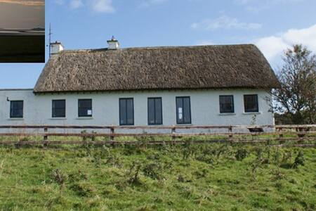 Modern Thatched Cottage - sleeps 4 - Ballysadare - Hus