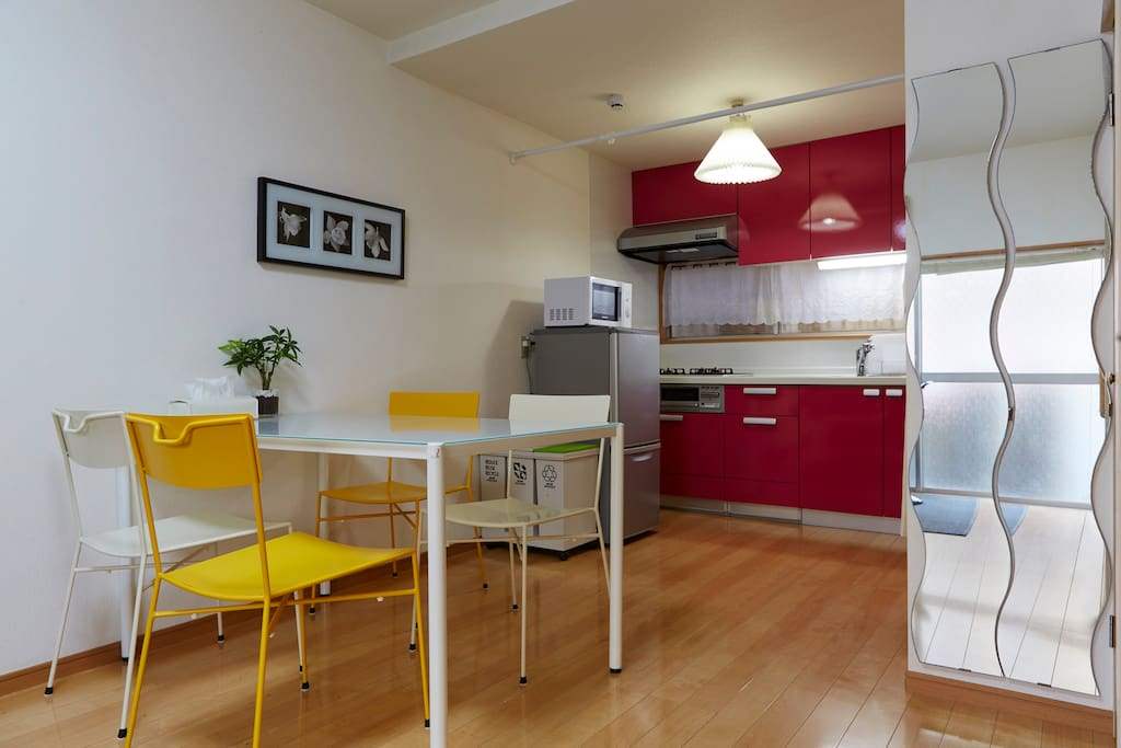 Here is the dinning area and the kitchen./厨房和用餐的地方