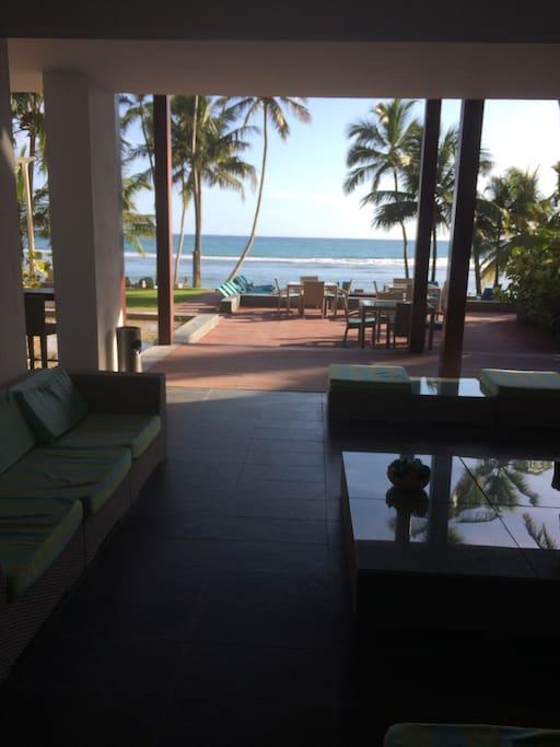 Área del Lobby y piscina con acceso a la playa