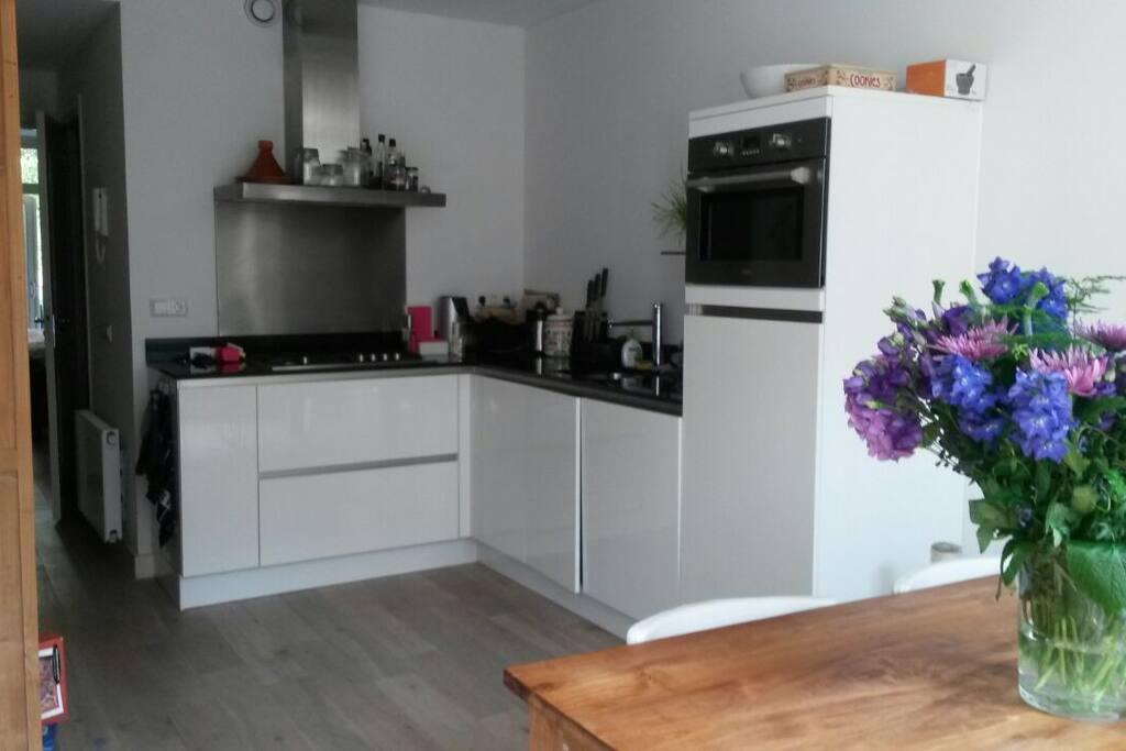 Neat kitchen (with dishwasher)