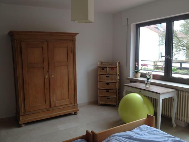 Geräumiges Zimmer mit Balkonzugang