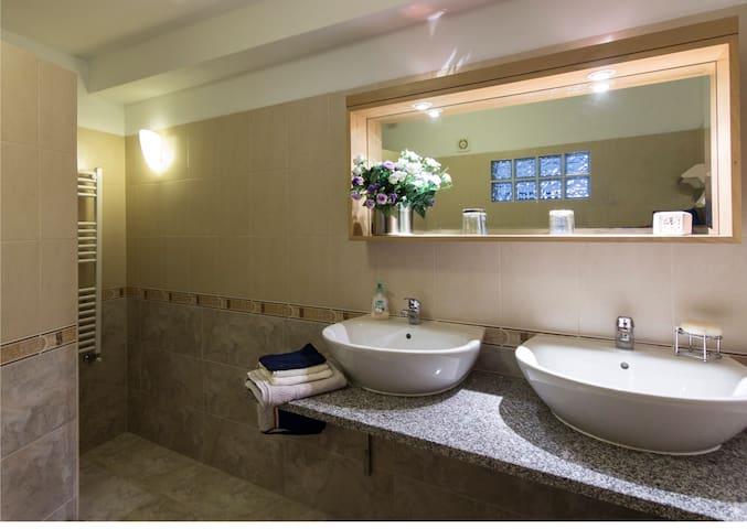 1 van de 2 heerlijke ruime luxe badkamers