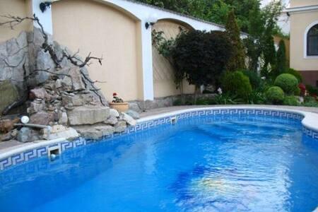 Шикарный дом в Аркадии с бассейном!