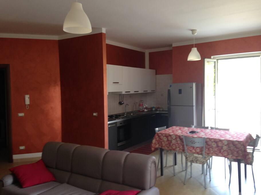 soggiorno-cucina ampio e luminoso