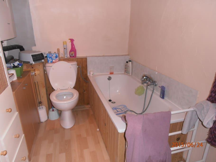 salle de bain indépendante face à la chambre sur le palier