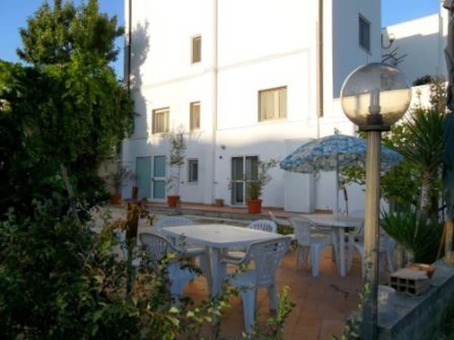 patio attrezzato per pranzare e cenare fuori anche con grigliate