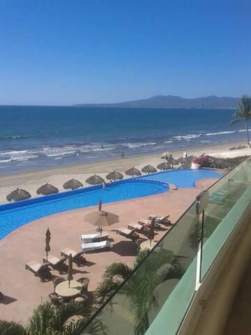 Luxury Beach Front Condominio