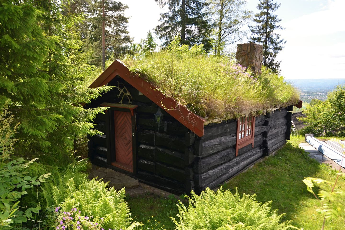 Typical Norwegian cabin close to city center. Easy access with car and metro. Peaceful, charming and an amazing view!