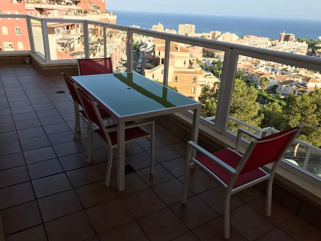 Amplia vivienda con terraza y vistas al mar
