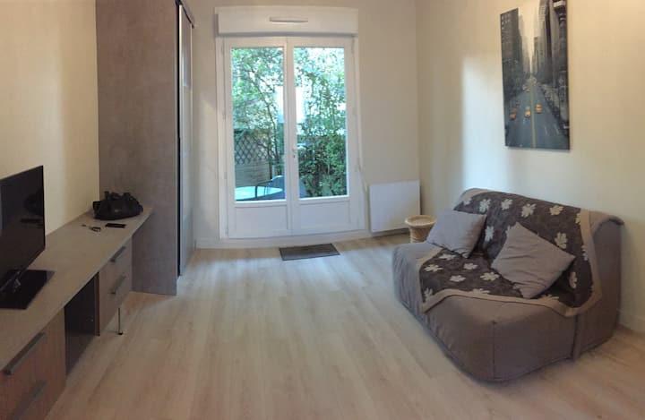 Agréable studio neuf avec cour