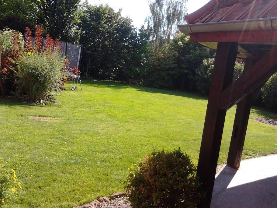 jardin clos et arboré, au calme, terrasse privée
