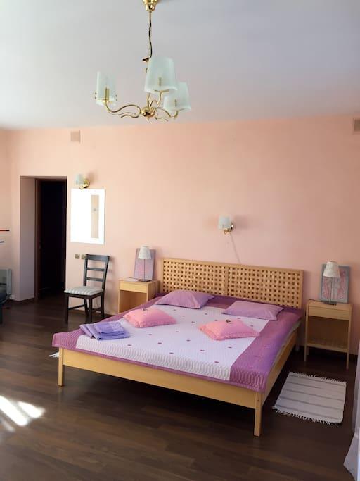 Большой номер - 36 кв м, большая кровать.