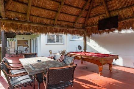 Parker's Place, 4/2 Miami-Tiki/BBQ/Billiards