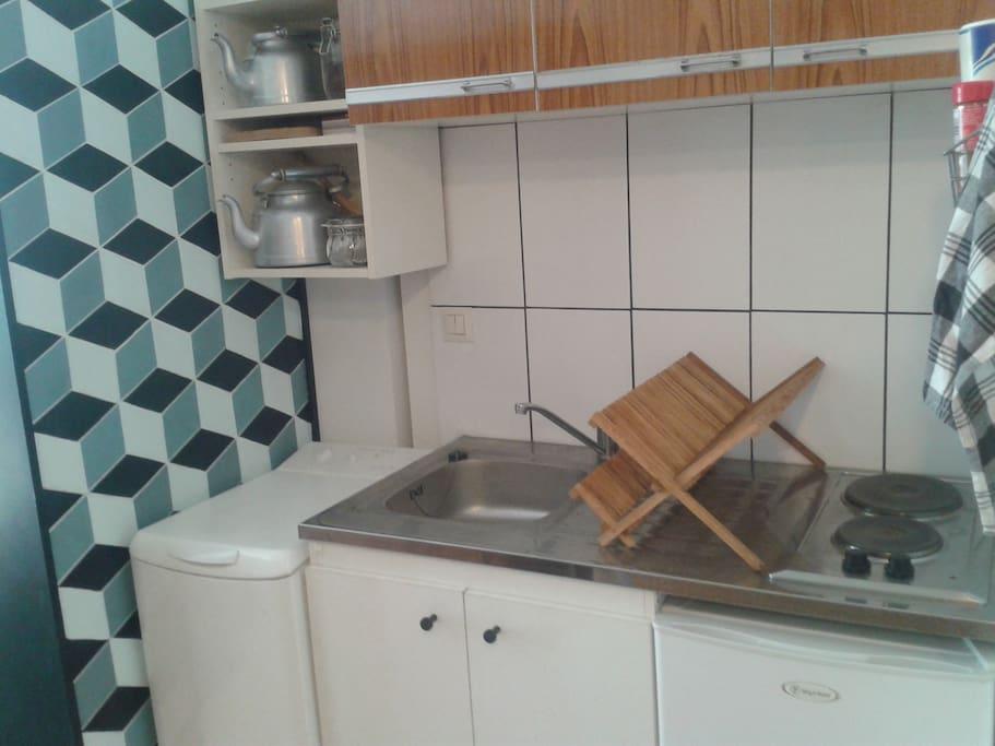 coin cuisine, plaques, évier, micro onde, vaisselle, etc...
