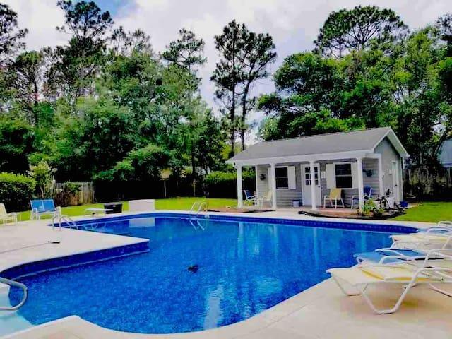 Massive pool and hot tub. Newly renovated.