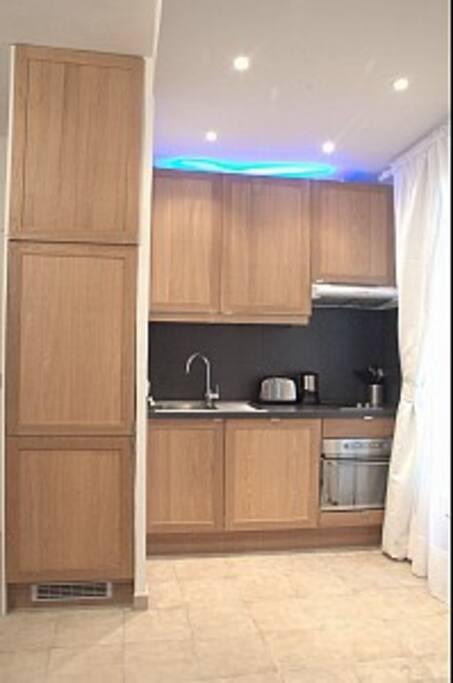 Grand réfrigirateur, lave vaisselle intégré