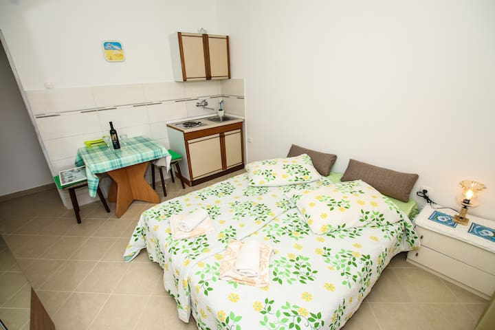 Cheap and cozy studio, WiFi, near the beach Ada - Poreč - Byt