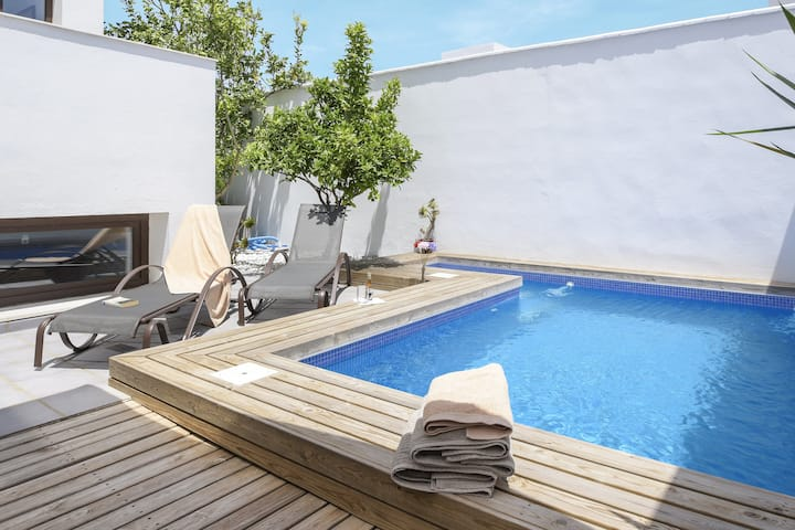 Modern Home Close to Beach with Pool, Rooftop Terrace, Wi-Fi & Air Conditioning; Parking Available