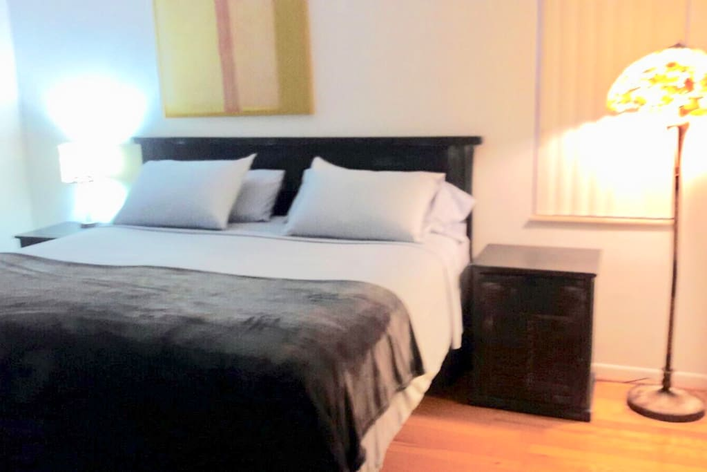 Master rom:  King size bed, white linens,comfortable and super clean.  Flat Wall Tv, desk, walking closet and private bathroom.