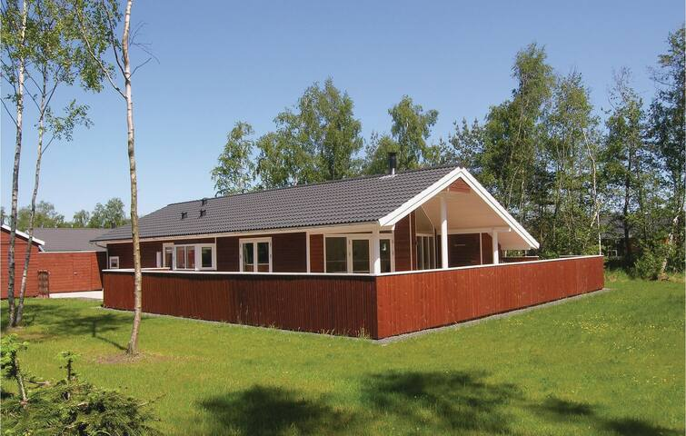 Holiday cottage with 4 bedrooms on 103m² in Væggerløse