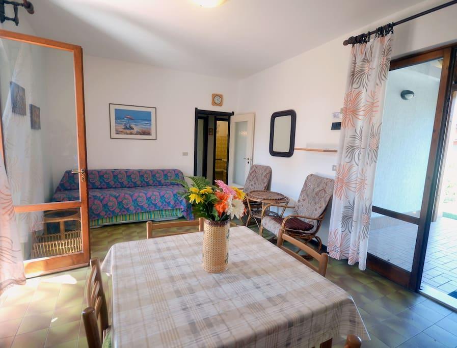 Ampio e luminoso soggiorno con doppia porta finestra