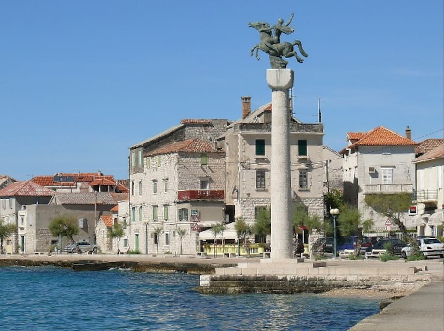 Kaštel Stari, promenade by the see