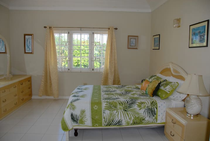 B&B Tropical Jr Suite in Ironshore Villa with Pool