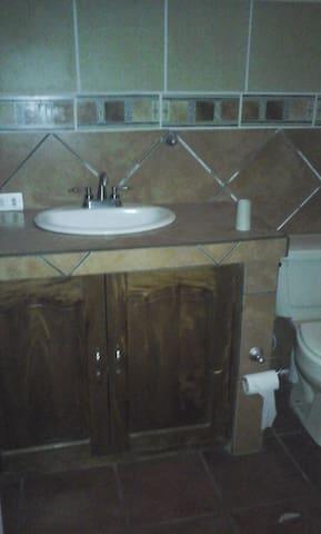 Los  baños  tienen gabinetes para guardar toallas o utencilios de limpieza