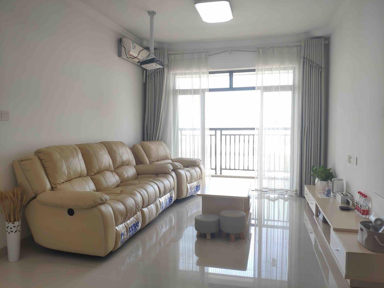客厅配备芝华仕舒适头等舱真皮沙发和120寸投影。