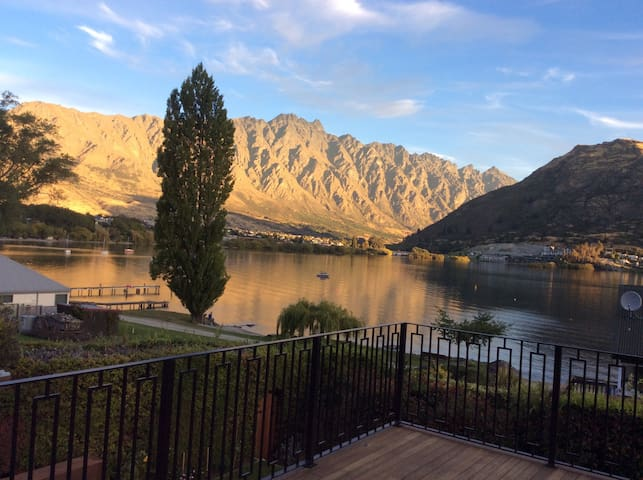 Lake Front B&B (2)1 of 2 bedrooms Stunning Views - Queenstown - Bed & Breakfast