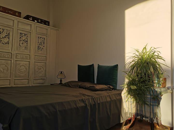 能躺着看洱海日出的大床房,层高四米,二十八平米的独立空间