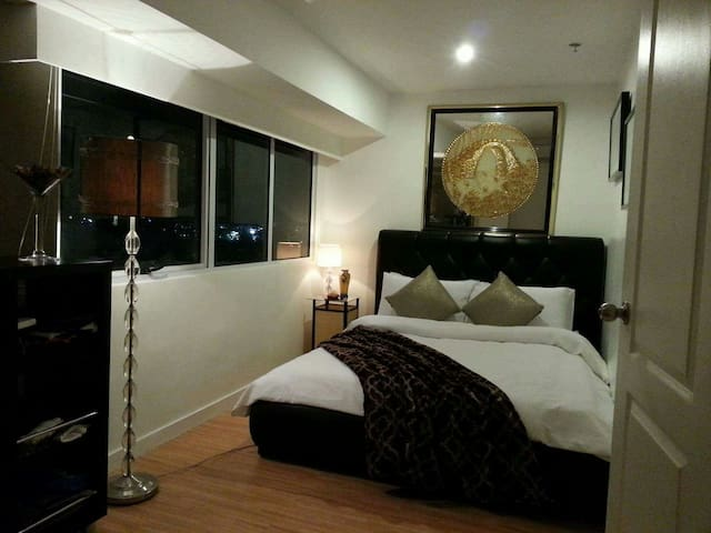 Stylish 2BR loft,w/ Golf Course view+WiFi/Landline - Taguig - Loft