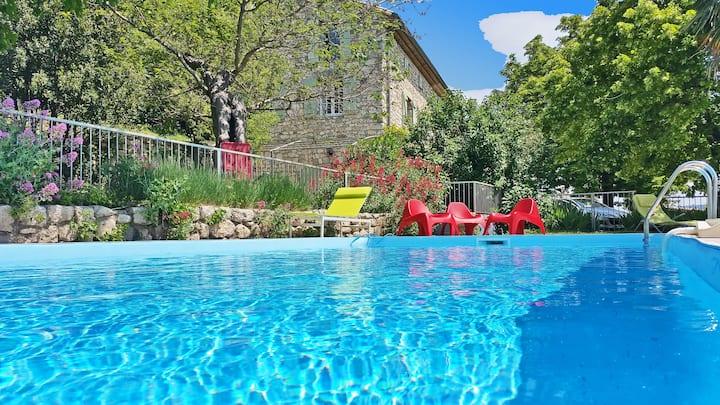 Mas Antonin, 7 chb, piscine chauffée, vue pan.