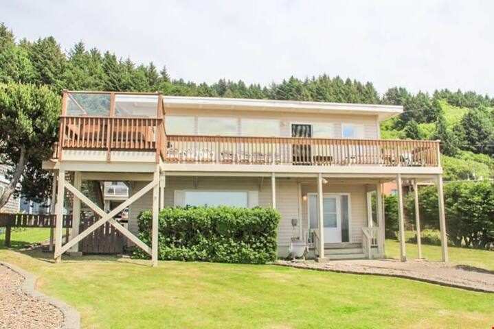 Vacation Villa - Amazing View, Hot Tub, WiFi, Deck and Giant Yard!