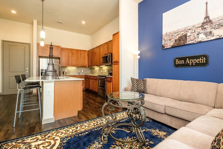 Spacious luxury downtown condo for up to 4 people