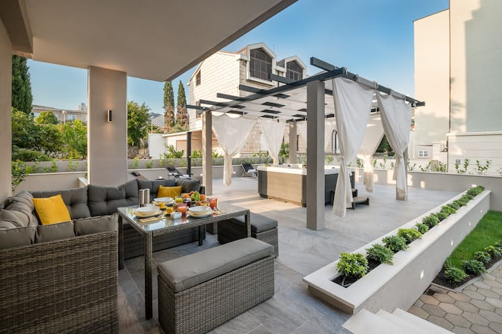 SELF - ISOLATED (parking, private jacuzzi terrace)