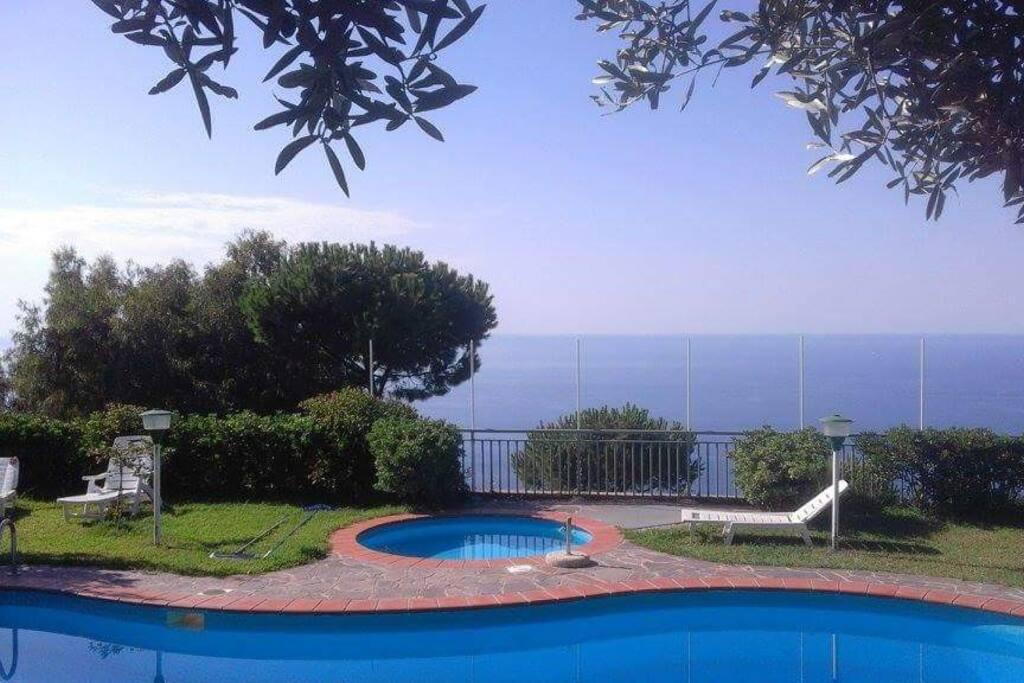 bordo piscina e veduta mare