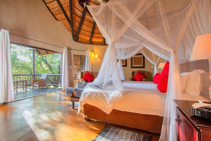 Mvuradona Safari Lodge - Honeymoon Suite