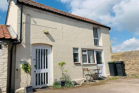 Light Airy Detached Annex 2 Min Walk Train Station