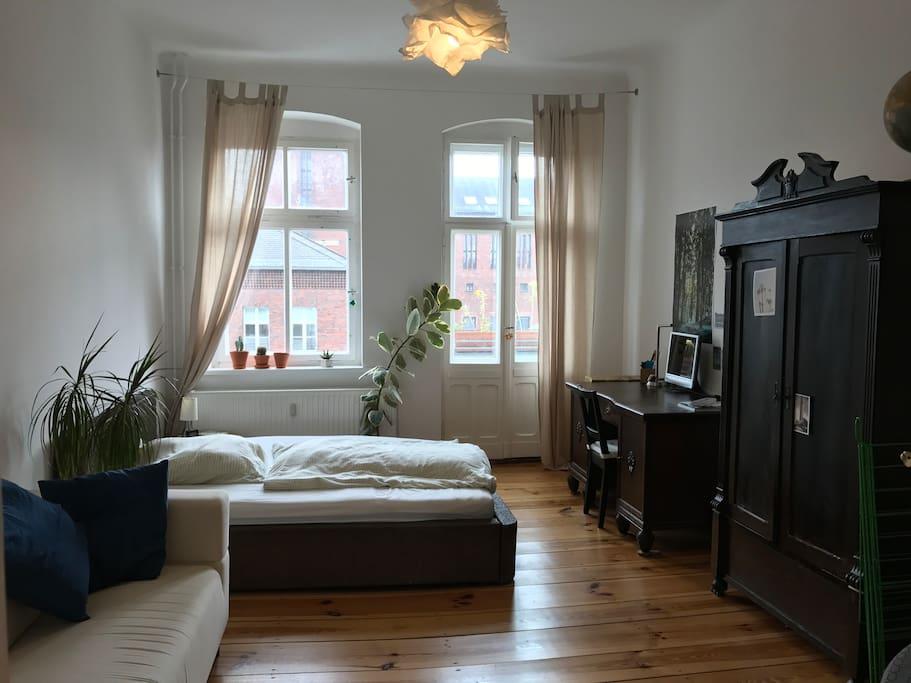 Zimmer mit Balkon, Zweier-Bett, Schreibtisch, Couch und Sessel