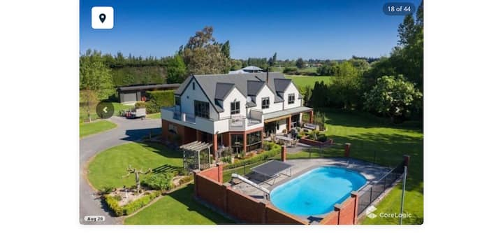Quiet, spacious, stately luxury, 1km  from SH1.