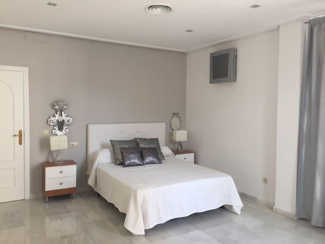 MODERNO PISO EN PLENO CENTRO DE BAENA - Baena - Condominium