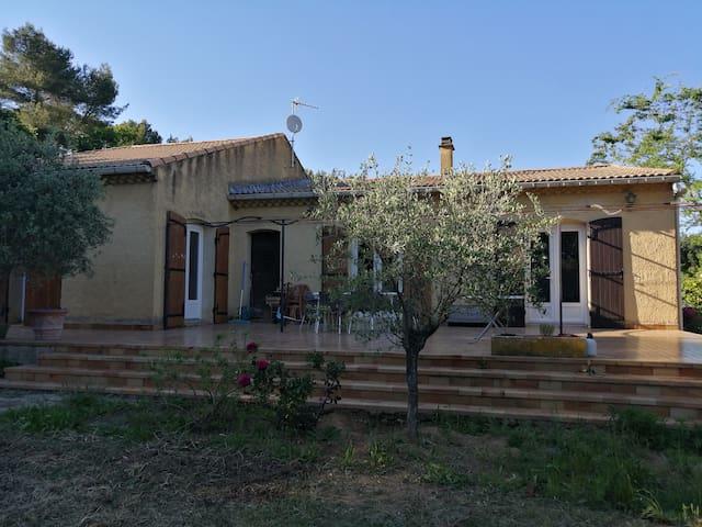 Maison calme en colline, piscine à 15min d'Avignon