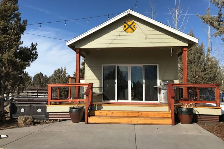 """Pool House"" with Hot Tub, close to downtown Bend"