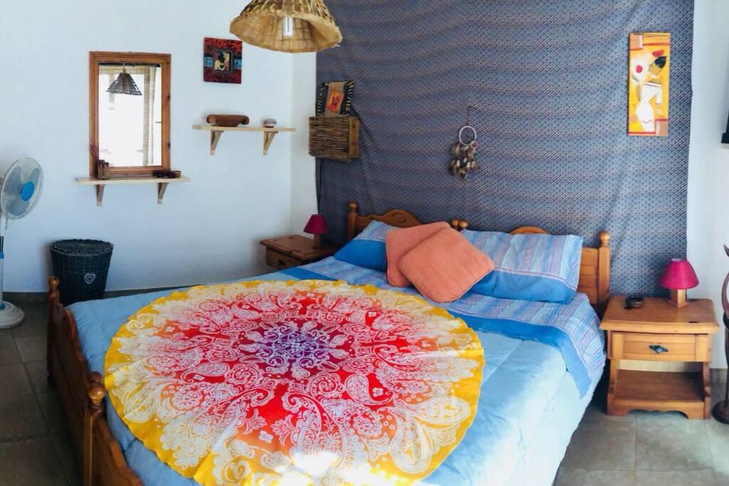 Stanza privata con letto matrimoniale, armadio spazioso, comodini, porta con serratura e balcone.
