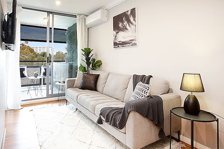 Modern 1 bed in superb location - edge of the city