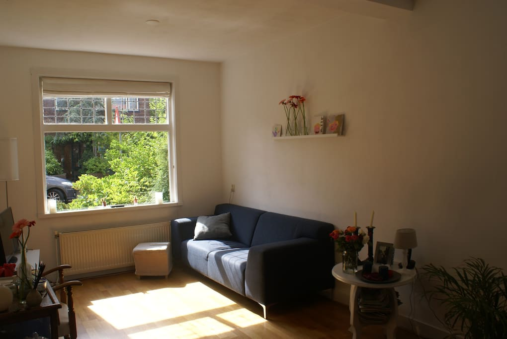 De zonnige woonkamer
