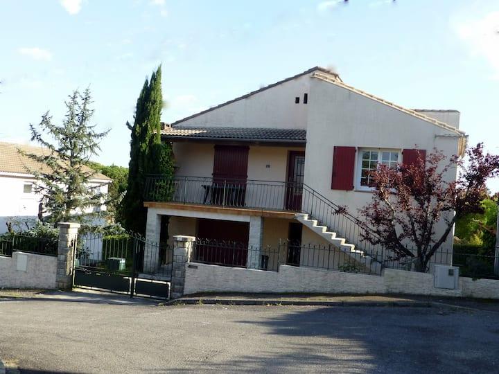 Villa dans quartier résidentiel